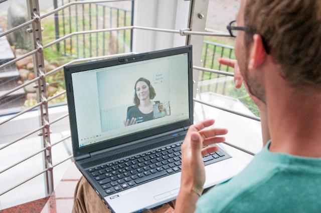 Gehörloser Anrufer nutzt die MMX-Software für einen Anruf